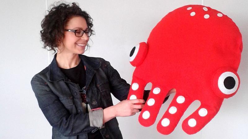 Weronika Płaczek prezentuje festiwalową maskotkę - ośmiornicę Basię. Fot. Bogumiła Wresiło Radio PIK